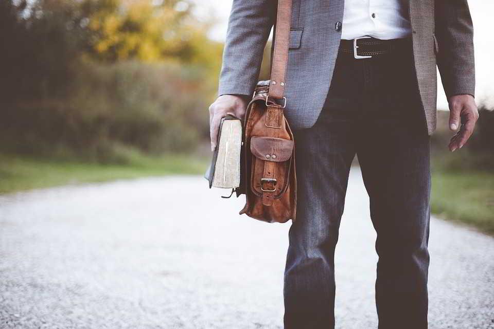 Akcesoria na lato: torby listonoszki – pomysły i stylizacje